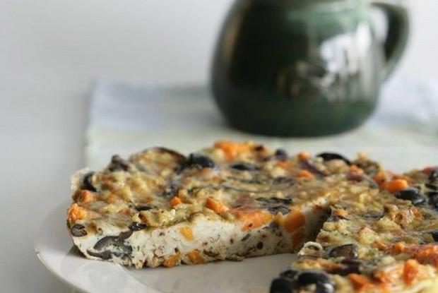 Фриттата с оливками, бататом и красным луком