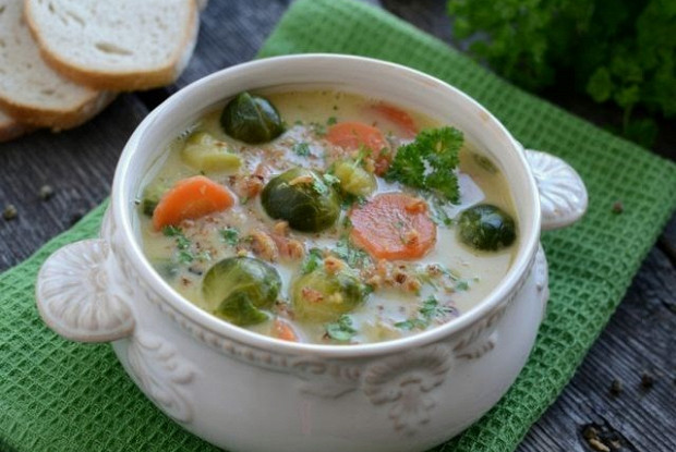 Овощной суп с брокколи и брюссельской капустой на курином бульоне