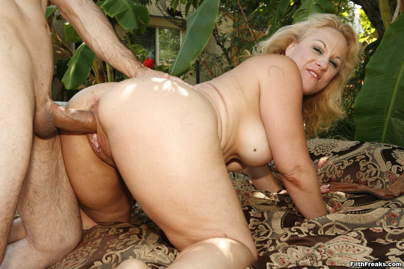 Секс co зрелыми женщинами на природе, Зрелую на природе -видео. Смотреть зрелую на 1 фотография